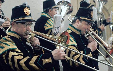 Заезжий музыкант целуется с трубою…